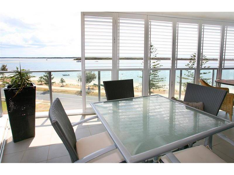 LUXURIOUS LIVING WITH PANORAMIC WATER VIEWS Picture 3