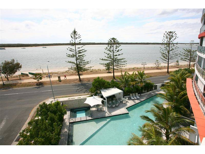LUXURIOUS LIVING WITH PANORAMIC WATER VIEWS Picture 1