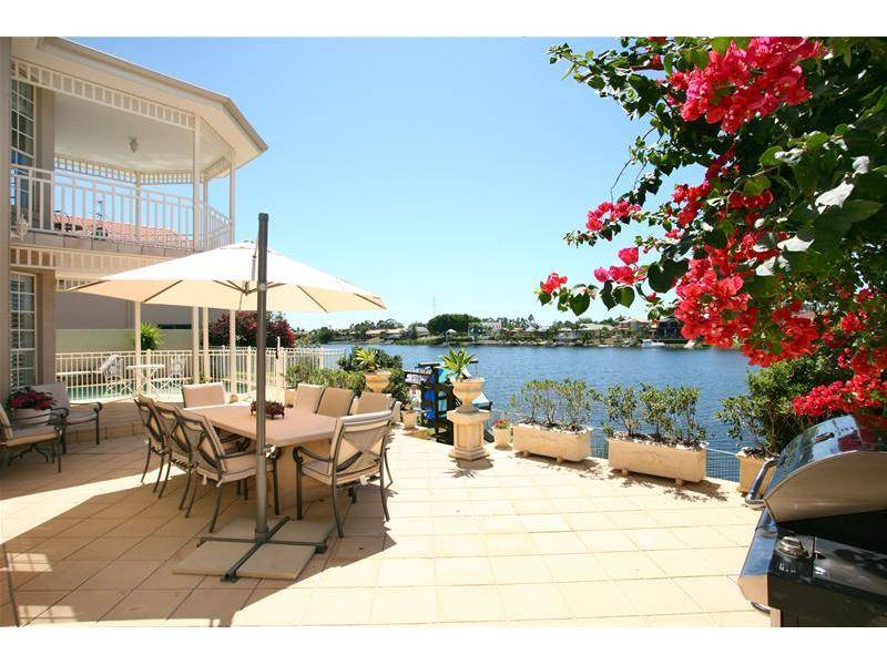 STUNNING HOME - PRIME WATERFRONT Picture 3