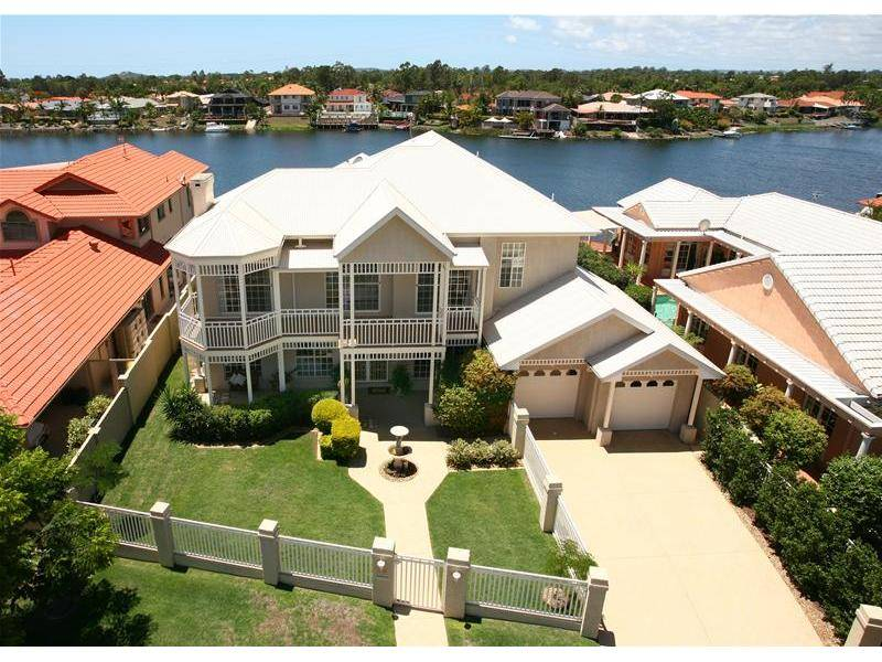STUNNING HOME - PRIME WATERFRONT Picture 1