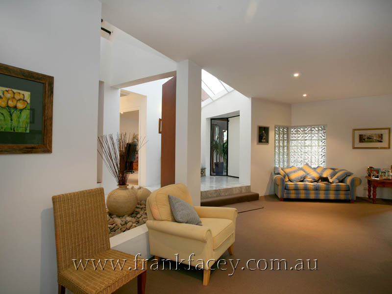 OUTSTANDING CONTEMPORARY - 1 ACRE & POOL Picture 3