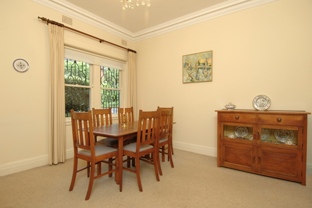 'WINCHESTER' SPACIOUS ART DECO APARTMENT! Picture 2