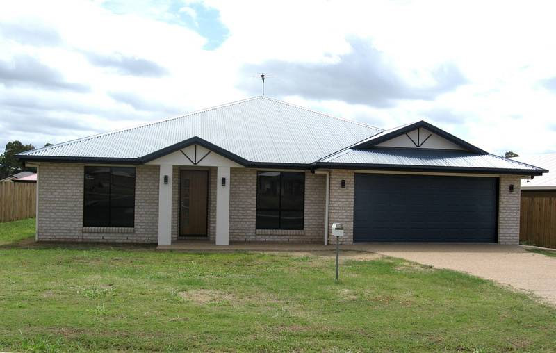 Modern 4 Bedroom Lowset Brick Picture 1